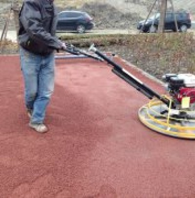 红色透水混凝土路面施工现场